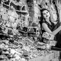 Девушка на фоне кирпичной стены :: Лилия Сурмятова