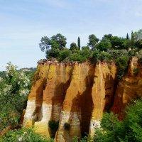 Скалы с охрой в Руссильоне :: Лидия Бусурина