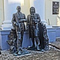 Памятник Рахманинову и Баху у входа в Гнесинку :: Алексей Виноградов