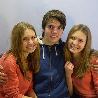 Парень и две девушки. :: Алексей
