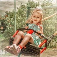 Девочка на качелях :: Александр Караученко