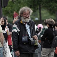 Уличный фотограф у Эйфелевой башни. :: Борис Бутцев