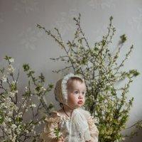 Малышка с цветами вишни :: Марина