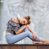 девушка у фонтана :: Виктор Батавин