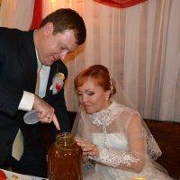 А вот и медок,на медовый месяц...Откушай милая моя... :: Андрей Хлопонин