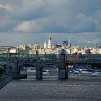 Кремль осеещенный сонцем, и десяток корабликов :: Александр Чеботарь