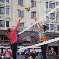 Пляжный воллейбол на площади Революции, в Москве. :: Евгений Седов