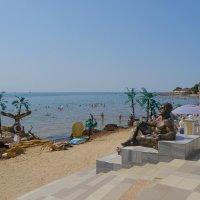 Геракл наблюдает за пляжниками :: Александр Рыжов