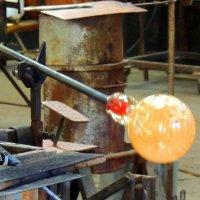 Как виртуозно вертит стеклодув на тонкой трубке жаркое стекло! :: Гала