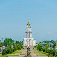 Аллея военной техники и Храм Святого Великомученика Георгия Победоносца :: Руслан Васьков