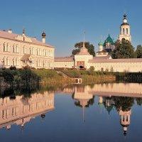 Строгая красота старой архитектуры, в Толгском монастыре Ярославля :: Николай Белавин