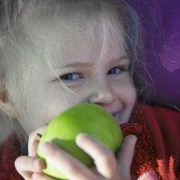 С яблоком :: Анна Кокоткина