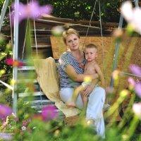 Мама и сын на качелях :: Оксана Гуляева