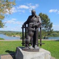 Памятник К.Г.Паустовскому и его любимой собаке по кличке Грозный. :: Люба