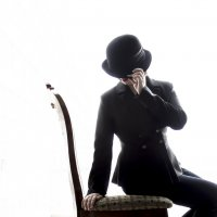 Девушка в костюме и шляпе на стуле :: Ксения OKDMUSE