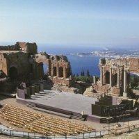 Древнегреческий амфитеатр среди скал на о.Сицилия, 3-й век до н.э. :: Юрий Поляков