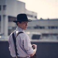 Красивый парень в шляпе одетый в стиле нуар на фоне города :: Иван Егоров