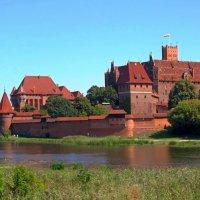 Вид замка Мальборк со стороны реки Ногат :: Сергей Карачин