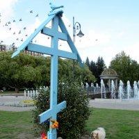 Поклонный крест с голубем наверху в Любашинском саду :: Елена Павлова (Смолова)