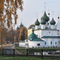 Осенняя пора, церковь Спаса на Городу в Ярославле :: Николай Белавин
