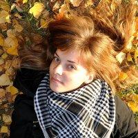 Девушка в осенних листьях :: Ольга Довженко