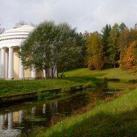 у храма Дружбы в Павловске :: Елена