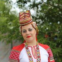 Девушка в национальном костюме :: Валерий