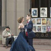 Вальсируя на улице :: Александр Степовой