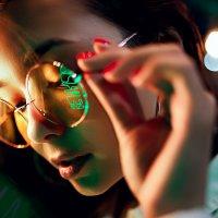 Портрет красивой девушки в очках с неоновым отражением :: Lenar Abdrakhmanov