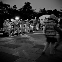 Танцы на вечерней Керченской набережной :: Александр Мирошниченко