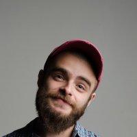 Добрый,бородатый, а её и в красной кепке :: Юрий Яворский