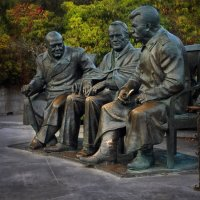 Памятник Сталину, Рузвельту и Черчиллю в Ялте. :: Анна Пугач