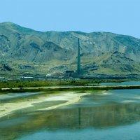 Одно из предприятий на берегу солёного  озера Great Salt Lake. Штат Юта :: Юрий Поляков