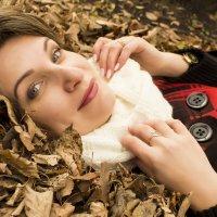 Девушка в листьях :: Мария Романтеева