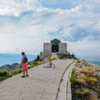Черногория.  Нелегкое восхождение к мавзолею Негоша. 1657 м  н.у.м. :: Татьяна Калинкина