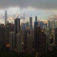 Тучи над Гонконгом перед закатом :: Леонид