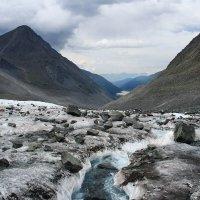 Вид с ледника Ак-Кем на долину реки Ак-Кем. За спиной - Белуха )) Алтай. :: Natalya Danilova