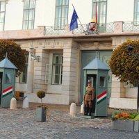 дворец Шандора. - резиденция венгерского правительства до 1941 года,в наши дни резиденция президента :: Гала