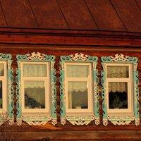 Традиция иметь наличники на окнах сохраняется. Даже на стеклопакетах. :: Зинаида Каширина
