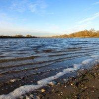 Волны на реке :: Андрей Снегерёв