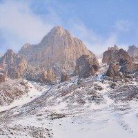 Скалы зимой :: Горный турист Иван Иванов