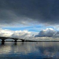 Навис сентябрь темной тучей, любуясь отражением в реке... :: Лидия Бараблина