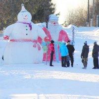 Снеговик и Дед Мороз...Старцево. Кировская область... :: Александр Широнин