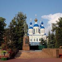 Памятник Зое Космодемьянской и Казанский храм. Тамбов :: MILAV V