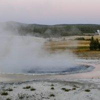 Пруд кипящей воды и гейзеры вдали... :: Юрий Поляков