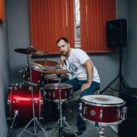 Мужчина играет на  барабанах :: Ольга Рожкова