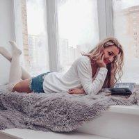 Девушка читает книгу :: Ольга Рожкова