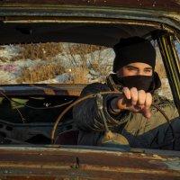 Ржавая машина с человеком внутри :: Алишер Бабиков