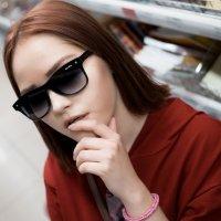 Девушка в ТЦ #2 :: Дмитрий Коваленко