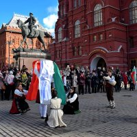 Болгарские танцы на Манежной. :: Татьяна Помогалова
